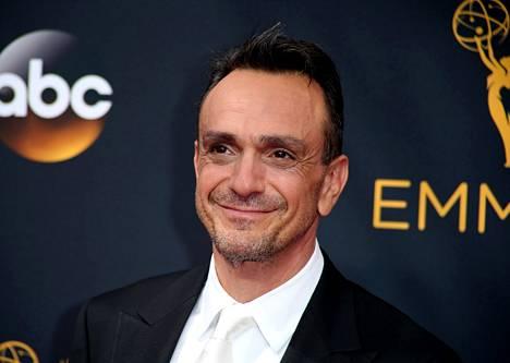Hank Azaria ääninäyttelee Simpsoneiden hahmoista muun muassa Moe Szyslakia ja poliisipäällikkö Wiggumia. Tammikuussa 2020 hän ilmoitti, ettei enää tee Apu Nahasapeemapetilon -hahmon ääniä.