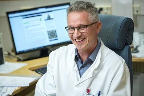 Juhani Knuuti toimii Turun yliopiston PET-keskuksen johtajana ja professorina. Kuva on otettu Knuutin työhuoneessa kaksi vuotta sitten.