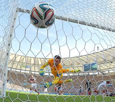 Ranskan maalivahti Hugo Lloris ei voinut mitään Saksan Mats Hummelsin voimakkaalle puskulle.