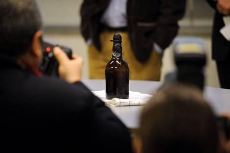 VTT esitteli Ahvenanmaan saaristosta laivanhylystä löydettyä olutpulloa Espoossa helmikuussa 2011.