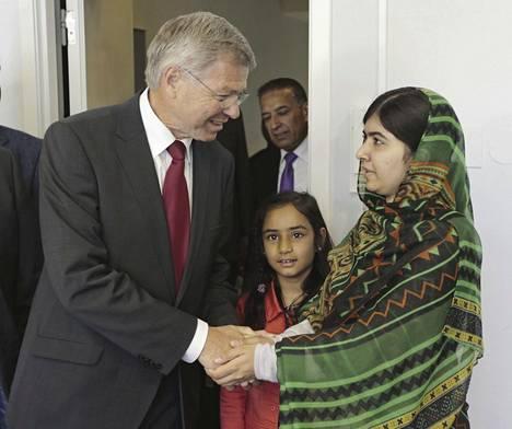 Entinen Norjan pääministeri, nykyinen Oslo-keskuksen johtaja Kjell Magne Bondevik (vas.) tapasi pakistanilaisen aktivistin Malala Yousafzain Oslo-keskuksessa kesällä 2014.