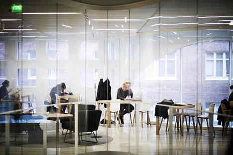 Korkeakoulut järjestävät erikoistumiskoulutusta työssä käyville. Kuva Helsingin yliopiston kirjastosta.