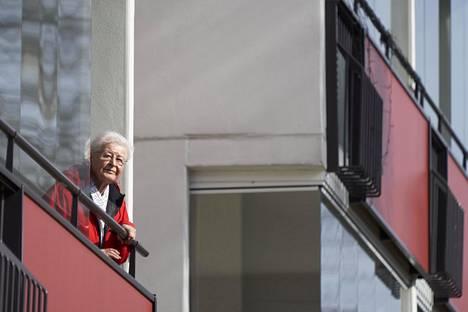 Helsingin Laajasalossa asuva Salme Moilanen, 87, sanoo kaipaavansa juttukaveria.