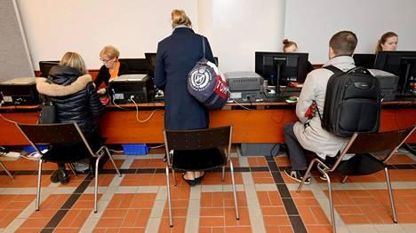 Edellisten kuntavaalien ennakkoäänestys oli käynnissä Helsingin pääpostissa 4. huhtikuuta 2017.