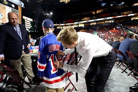 Leevi Aaltonen pääsi kirjoittamaan nimikirjoituksensa nuoren Rangers-kannattajan paitaan.
