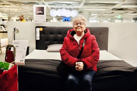 Eva Levin katseli Kungens Kurvan Ikeassa sänkyjä. Hän tuli myymälään arkena ja keskellä päivää välttääkseen ruuhkaa.