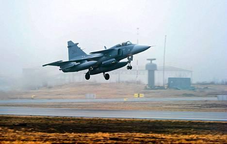 Suomessa käytössä olevat Hornetit korvattaisiin ruotsalaisilla Jas Gripen -hävittäjillä.