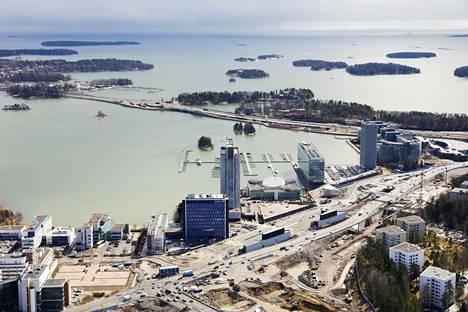 """Espoon Keilaniemen maankäyttöä on jo soviteltu mahdollista tunnelia varten. Raide-Jokerin päätepysäkin suunnittelu meni uusiksi. """"Emme halua nyt rakentaa väärään paikkaan sellaisia ratkaisuja, jotka voisivat vaikeuttaa mahdollisen Tallinna-tunnelin toteutusta"""", Markku Markkula sanoo."""