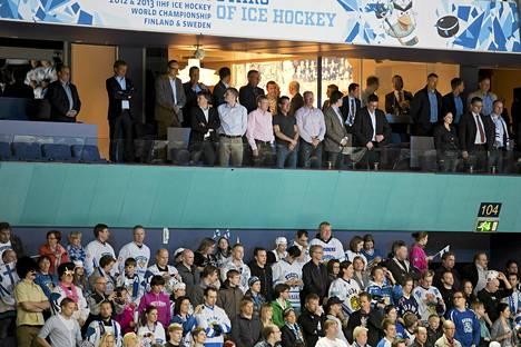 Näkymät ovat hyvät Hartwall-Areenan VIP-aitiosta. Liikemies Harry Harkimo oli seuraamassa seurueenssa kanssa aitiossaan Suomi-Kazakstan-peliä.