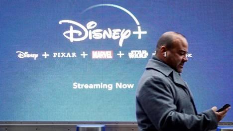 Mies kulki Disney+ -palvelun mainoksen ohi New Yorkissa viime vuoden marraskuussa.