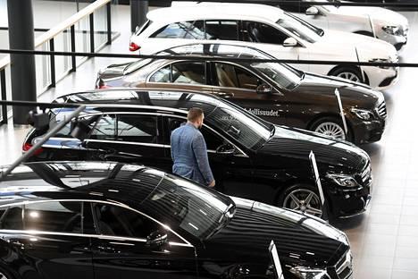 Asiakasta houkutellaan ostamaan tiettyjä merkkejä ja malleja pyöreällä nollakorolla, jos osamaksusopimuksen tekee autokaupassa.
