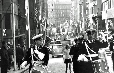 Poliisien torvisoittokunta kajautteli reippaita säveliä ja eri maiden liput liehuivat Aleksilla, kun se avattiin Helsingin Juhlaviikon kaduksi.