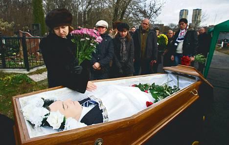 Lakimies Sergei Magnitskin äiti Natalia jätti jäähyväiset pojalleen hautajaisissa marraskuussa 2011. Venäjän on määrä aloittaa tänään perjantaina oikeudenkäynti Sergei Magnitiskia vastaan.