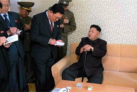 Pohjois-Korean median kertoi maata johtavan Kim Jong-unin vierailleen uudella asuinalueella. Tiistaina julkaistuissa kuvissa Kimillä oli tukenaan kävelykeppi.