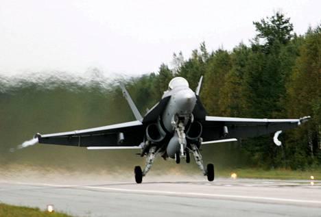 Hornet Ruska 2004 -ilmasotaharjoituksessa Vieremällä elokuussa 2004.