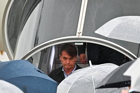 Brasilian presidentti Jair Bolsonaro kuvattiin torstaina, kun hänen koneensa laskeutui Kansain lentokentälle Izumisanossa ennen Osakan G20-kokousta.
