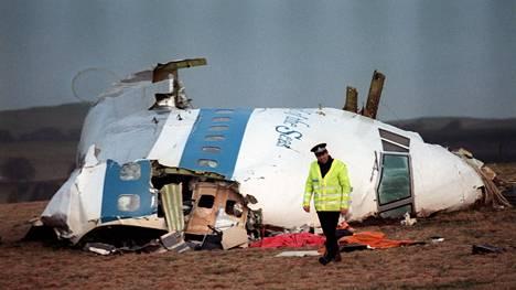 Räjähtäneen lentokoneen ohjaamo iskeytyi maahan Lockerbien kylän lähistöllä Skotlannissa joulukuussa 1988.