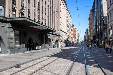Aleksanterinkadulla Helsingissä ei ole tungosta perjantaina iltapäivällä.