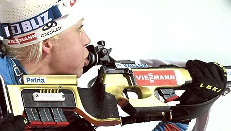 Kaisa Mäkäräinen joutui puhaltamaan lumihiutaleen pois tähtäimestään ensimmäisellä makuuammuntapaikalla.