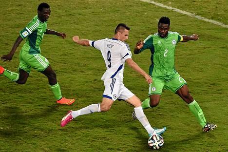 Bosnian-Hertsegovinan Vedad Ibisevic taistelee pallosta Nigerian Josep Yobon kanssa.