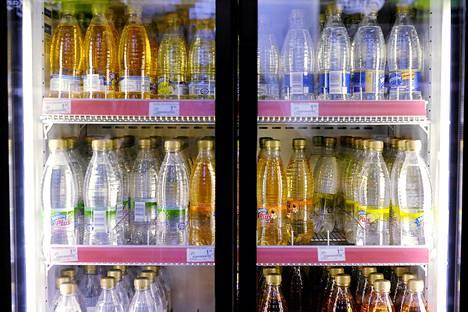 Jos juo paljon keinotekoisesti makeutettuja juomia joka päivä, niin lisääkö se masentumisen riskiä? Tästä kiistellään Yhdysvalloissa.