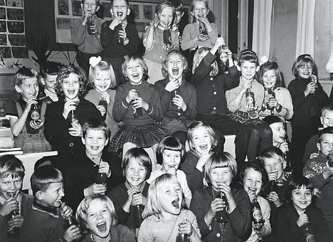 """Tuhannen Lapinlahdenkadun kansakoulun oppilaan ilme kirkastui, kun koulun vanhempainyhdistys tarjosi heille kaikille """"limskaa"""". Yhdistys on toiminut 10 vuotta koulun ja kotien yhteistyön hyväksi, jota eilen juhlittiin."""