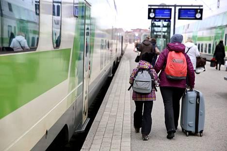 Junamatkailun suosio on selvässä kasvussa. VR odottaa kaukojuniinsa 800000 matkustajaa hiihtolomien aikaan.