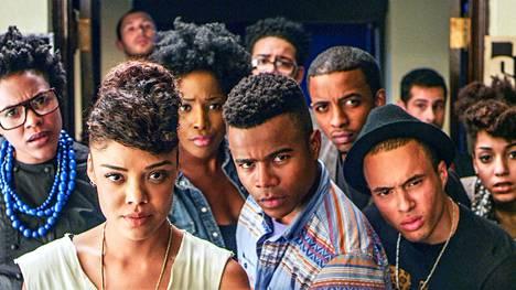 Dear White People sijoittuu sepitteelliseen amerikkalaiseen Winchesterin yliopistoon. Elokuvan nimi tulee kapinallisen Samanthan (Tessa Thompson, eturivi vas.) provosoivasta radio-ohjelmasta.