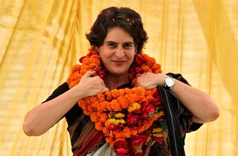 Priyanka Gandhi sääti kaulassaan riippuvaa kukkaseppelettä äitinsä Sonia Gandhin vaalikampanjatilaisuudessa keväällä 2014.