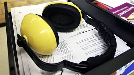 Kuulosuojaimet ovat peruskouluissa tavallinen apuväline opiskelurauhan tukemisessa. Kuvituskuva.