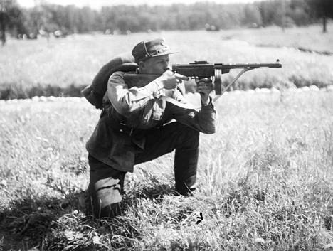 Kuvassa varhainen Suomi-konepistooli, jossa oli lippaan taakse sijoitettu käsikahva.