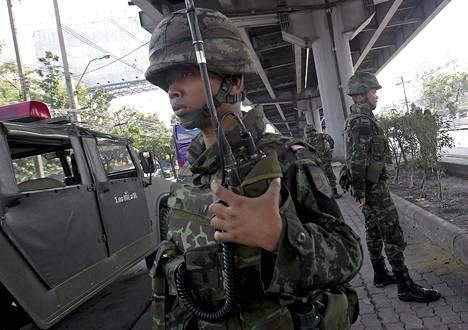 Sotilas partioi Bangkokin kadulla keskiviikkona.