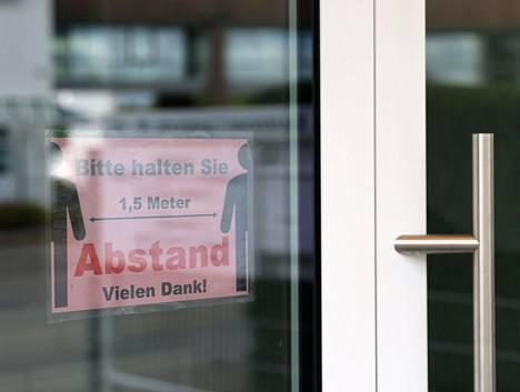 Frankfurtilaisen baptistiseurakunnan ovella muistutetaan 1,5 metrin turvavälistä. Siitä huolimatta virus levisi seurakunnan kokoontumisessa.