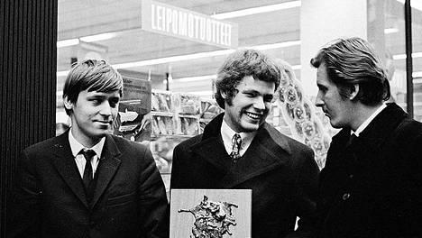 Vuosi 1967 oli saksofonisti Eero Koivistoisen (keskellä) vuosi: hän teki triollaan tammikuussa ensimmäisen jazzlevynsä Espoossa ja vastaanotti marraskuussa ensimmäisen Suomen Jazzliiton jakaman Yrjö-palkinnon Helsingissä. Rumpali oli vaihtunut Edward Vesalasta Reiska Laineeksi (oik.), basisti oli yhä Pekka Sarmanto. Tässä vaiheessa Laine ja Koivistoinen olivat 21-vuotiaita, Sarmanto 22-vuotias.