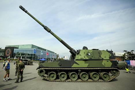Vieraille esitellään muun muassa Maavoimien tuoreimpiin hankintoihin kuuluva K9-panssarihaupitsi.