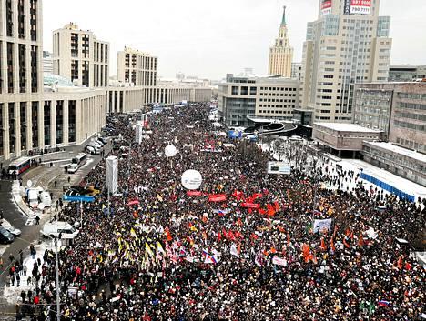 Mielenosoittajat ovat täyttäneet Moskovan pääkadun.
