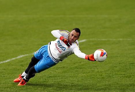 Kolumbian maalivahti David Ospina maajoukkueen harjoituksissa 10. lokakuuta päivä sen jälkeen, kun hänen kotiinsa oli murtauduttu.