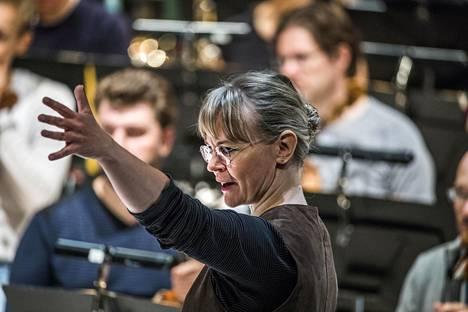 Ylikapellimestari Susanna Mälkki herätti henkiin Stravinskyn Kevätuhrin vaaran tunnun.
