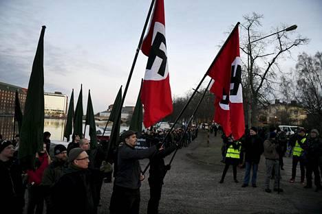 Joukko mielenosoittajia kantoi kolmea hakaristilippua viime itsenäisyyspäivänä Helsingissä. Kulkueen taustalla oli uusnatsijärjestö Pohjoismainen vastarintaliike.