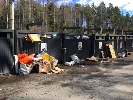 Nuottalahden kierrätyspisteellä Espoossa oli myös sinne kuulumatonta tavaraa.