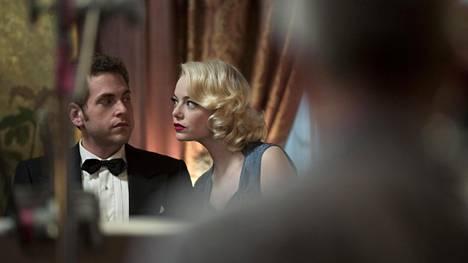 Konstikas Maniac-sarja sijoittuu outoon lähitulevaisuuteen. Pääosia näyttelevät Jonah Hill ja Emma Stone.