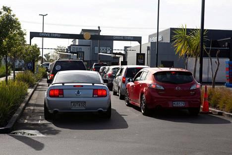 Jonottajia McDonald's-hampurilaisravintolan autokaistalla Aucklandissa 28. huhtikuuta.