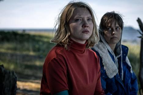 Salaperäisellä saarella Onerva (Satu-Tuuli Karhu, vas.) tapaa muun muassa Ritvan (Sonja Kuittinen).
