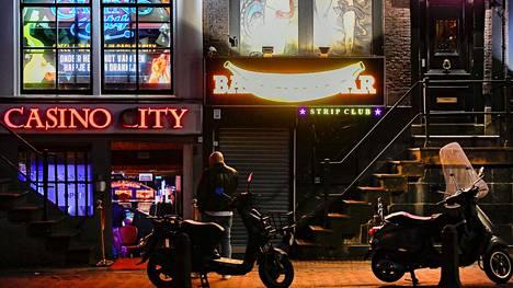 Seksiklubit ja bordellit joutuivat sulkemaan ovensa Amsterdamin punaisten lyhtyjen alueella maaliskuussa koronaviruksen vuoksi.