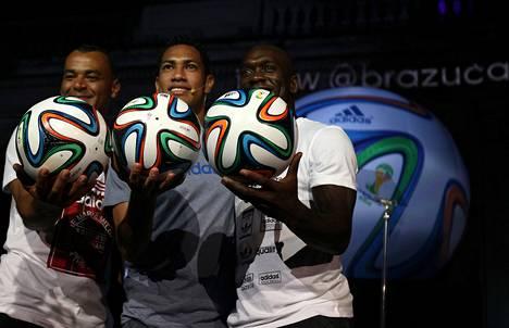 Entiset jalkapallotähdet, brasilialainen Cafu (vas.) ja hollantilainen Clarence Seedorf (oik.) esittelivät MM-kisojen virallista palloa medialle yhdessä Brasilian nykypelaaja Hernanen kanssa Riossa viime joulukuussa.