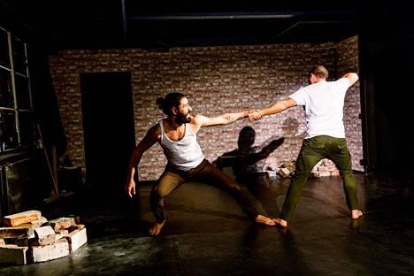 Walid Sahib (vas.) ja Gabriel Almagro esiintyvät Valtimonteatterin teoksessa Turvallisin ja onnellisin maa.