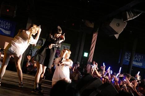 Petra (vas.) ja Noora Sirolan päätyö Japanissa oli esiintyä kuuluisan paikallisen idolin, Pinkyn, kanssa.