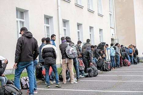 Turvapaikanhakijoita jonottamassa Tornion järjästelykeskukseen syyskuussa.