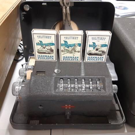 Ulkoministeriön käytössä ollut Crypto AG:n salauslaite C-38AF. Laite on ulkoministeriön museossa.