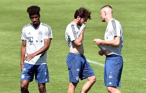 Kingsley Coman (vas.) Bayern Münchenin harjoituksissa Alvaro Odriozolan ja Lars Lukas Main kanssa 16. huhtikuuta 2020.